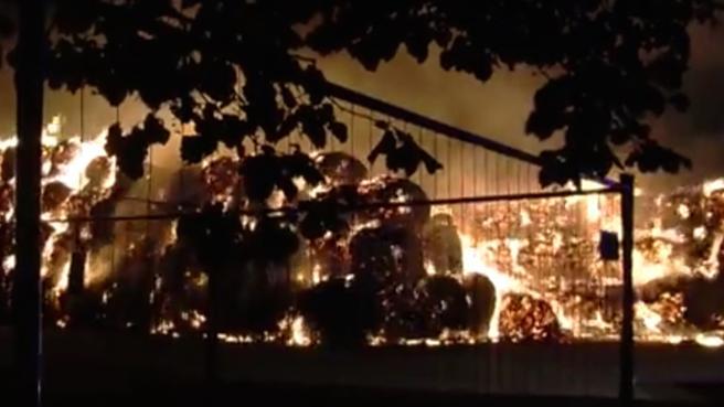 Milano: notte di paura, bruciano 500 balle di fieno in cascina  Video