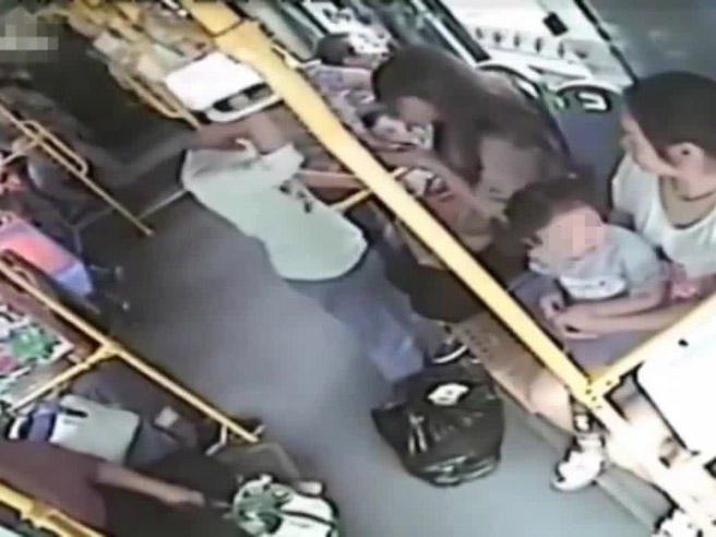 La molesta sessualmente sul bus, lei gli sferra un calcio tra le gambe