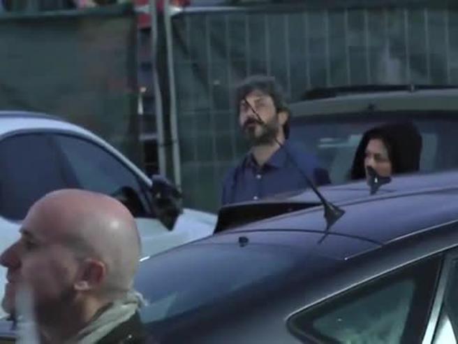 Grillo annuncia la candidatura di Di Maio e  dietro al palco Fico  non applaude Il video
