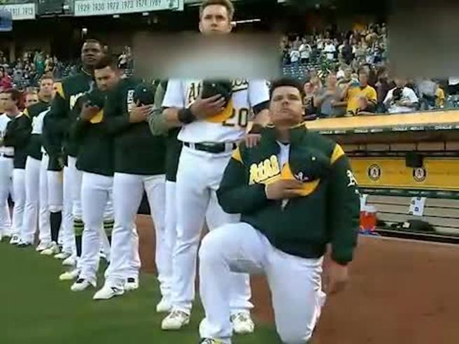 Dilaga la protesta degli sportivi in ginocchio contro Trump Ora il presidente invita i tifosi a boicottare le partite