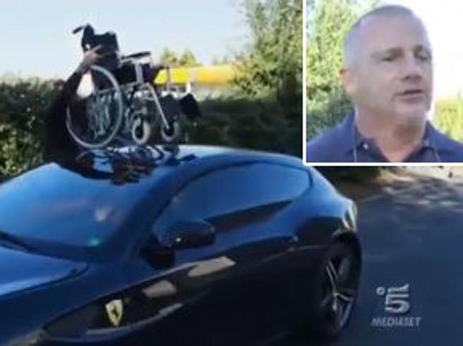 «Striscia la Notizia» inchioda   l'uomo della Ferrari  sul posto dei disabili: «Mi stanno massacrando»