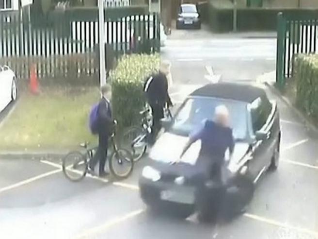Genitore piomba con la macchina sull'insegnante che gli blocca l'accesso al parcheggio