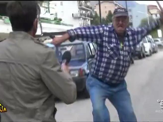 Inviato di «Striscia la notizia» preso a bastonate a Avezzano
