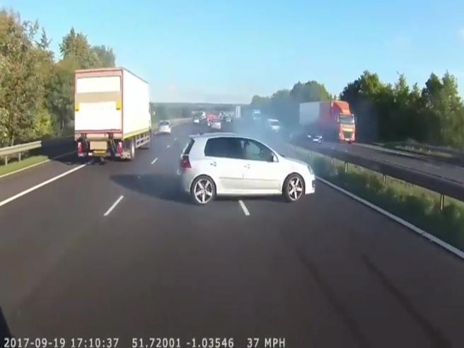 L'autista evita l'incidente per un soffio. E scoppiano gli applausi sul bus