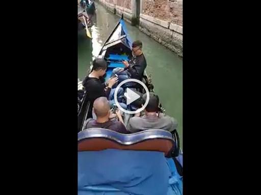 In gondola a Venezia, ma i clienti guardano solo il cellulare e il gondoliere commenta desolato. Visitare (senza guardare)