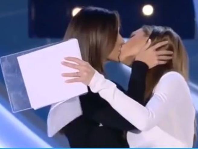 Il colpo a sorpresa al Grande Fratello vip, Belen e Ilary Blasi si baciano sulla bocca