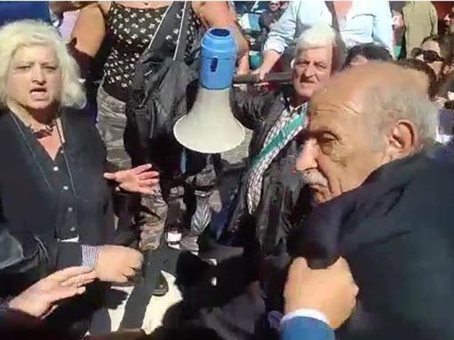 La lite a insulti e spintoni tra il padre di Di Battista  e il generale Pappalardo video