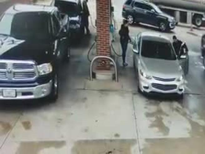 Usa, le rubano l'auto mentre fa benzina