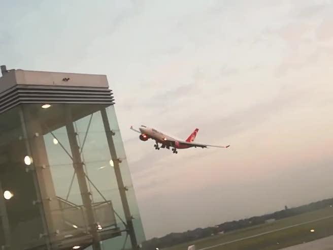 Ultimo volo air Berlin: il pilota per sfida sfiora la torre di controllo