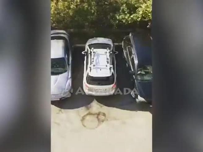 20 minuti di manovre: come uscire da questo parcheggio?