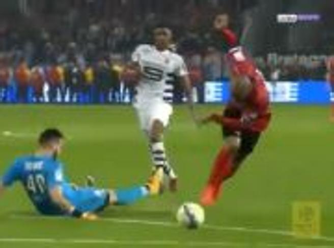Calcio, Ligue 1: salta il portiere, arriva da solo davanti alla porta e poi...