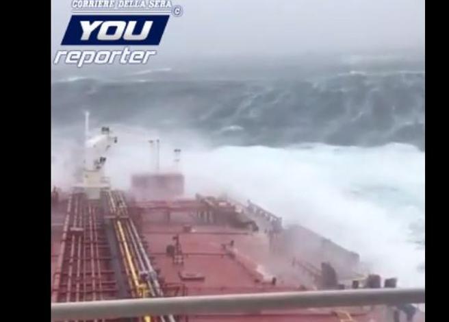 Petroliera italiana incontra Ophelia nel mare d'Irlanda: in navigazione contro un muro d'acqua