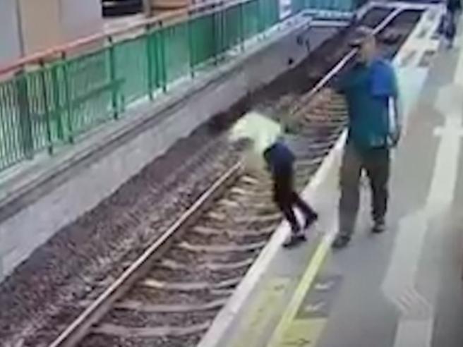 Hong Kong: spinge una donna sui binari del treno