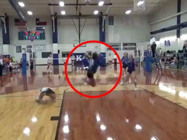 Volley, il salvataggio dell'anno: il volo della giocatrice è pazzesco