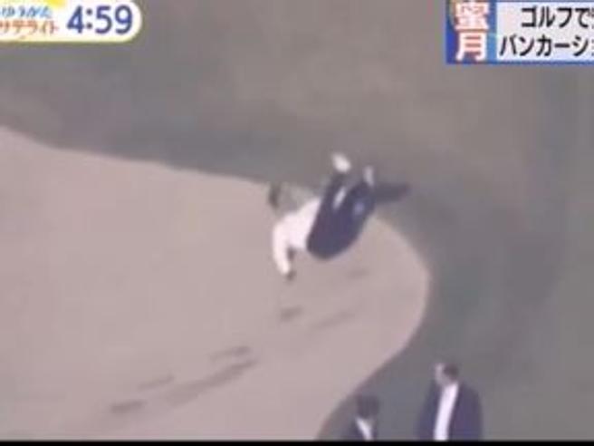 Shinzo Abe, caduta comica nel bunker del golf e Trump non s'accorge di nulla