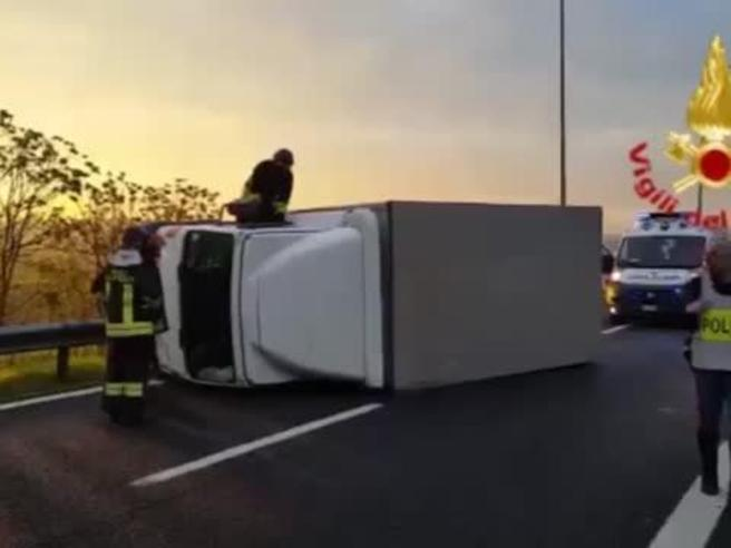 Camion si ribalta sulla  tangenziale est, traffico in tiltIl video