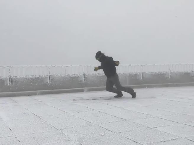 La lotta del meteorologo contro il vento a 170 km orari a -40 gradi