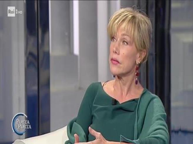 Nancy Brilli: «Posso dire una cosa volgare a quest'ora?» È gelo in studio da Vespa