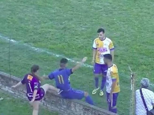 Uruguay, la tifosa prende a calci il calciatore