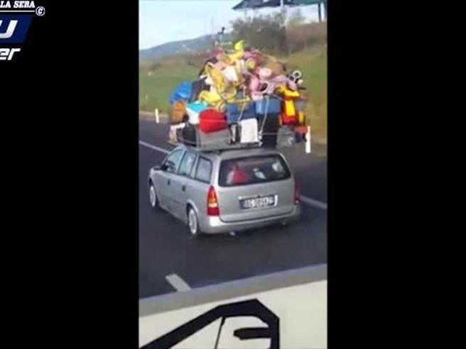 «Ma quanta roba ha caricato sul tetto?», sulla autostrada A3 il bagaglio esagerato