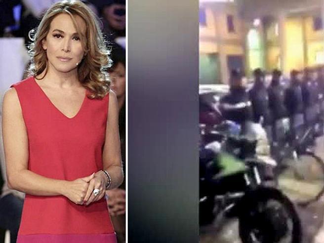 Barbara D'Urso accolta nella Questura di Milano da agenti sull'attenti