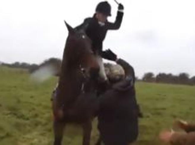 Cavallerizza colpisce con un frustino un attivista contro la caccia
