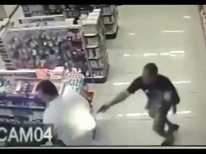 Brasile, poliziotto fuori servizio spara ai rapinatori in un negozio mentre ha in braccio suo figlio