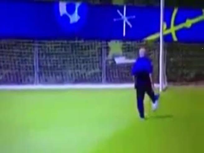 Tavecchio tira a porta vuota e colpisce il palo: il video torna virale