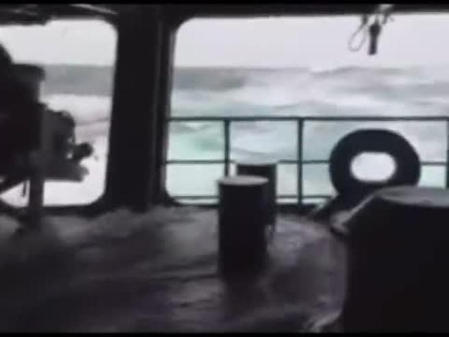 Sottomarino scomparso,  ricerche impossibili nel mare in tempesta Navi in balia di onde giganti Video