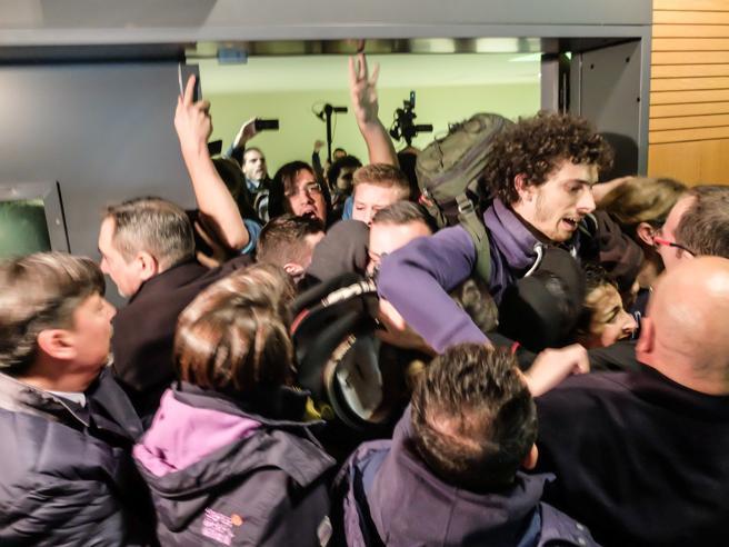 Bicocca, studente trascinato via dall'aula magna  video foto