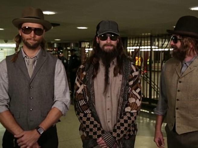 Chi fa il concerto in metrò? Si tolgono le barbe finte e ecco i Maroon 5