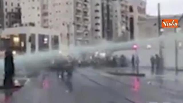 Idranti contro manifestazione ebrei ortodossi a Gerusalemme