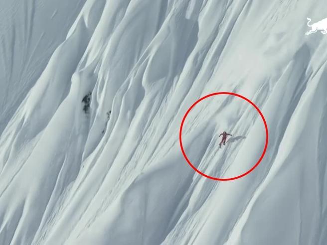 Si getta con gli sci dall'elicottero, la discesa mozzafiato