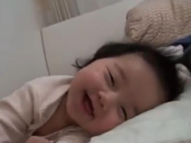 La bambina non riesce a svegliarsi:i suoi sorrisi sono contagiosi