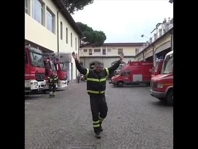 Firenze, il caposquadra dei vigili del fuoco va in pensione: i colleghi lo salutano così
