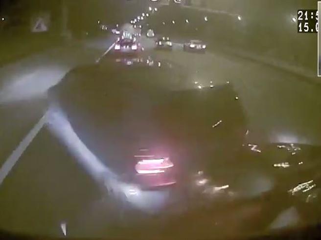 Si addormenta al volante: travolge tre auto  Il video