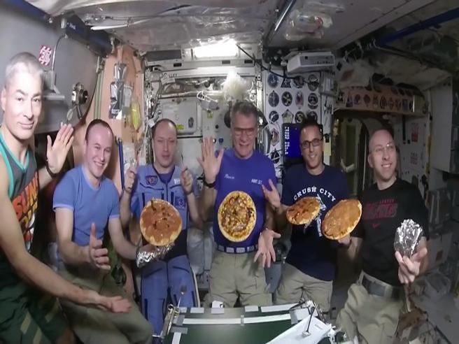 Una pizza nello spazio: a gravità zero l'impresa di Paolo Nespoli