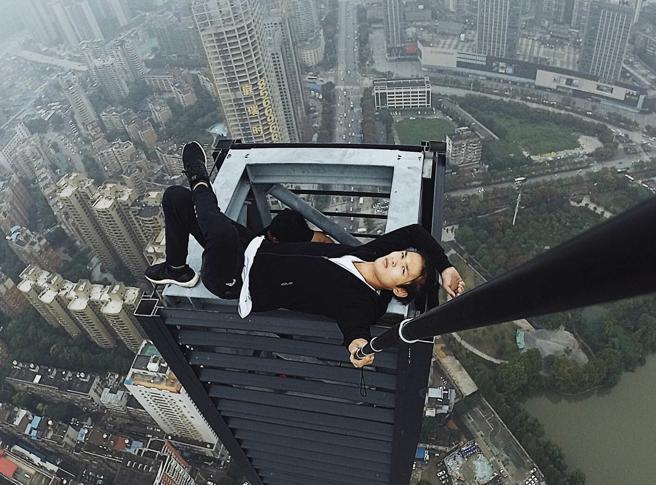 Si arrampica sui grattacieli per mettere le foto sui social. Posta il video e poi cade