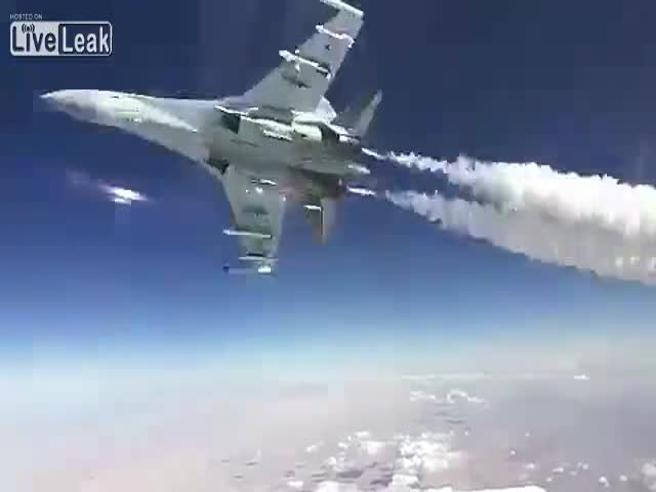 Il pilota russo sfiora il volo cargo Il video da brividi in Siria: guarda