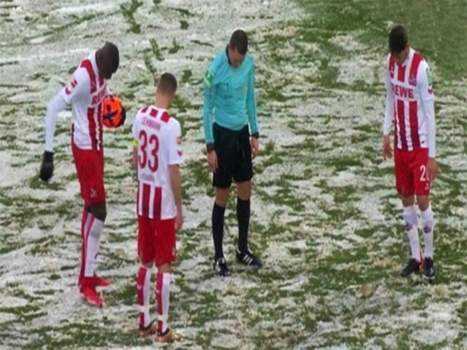 Troppa neve in campo: l'arbitro non trova il dischetto del rigore. Ecco cosa fa