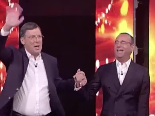 Fabrizio Frizzi torna a «L'Eredità» da conduttore con Carlo Conti: «Mamma che emozione»