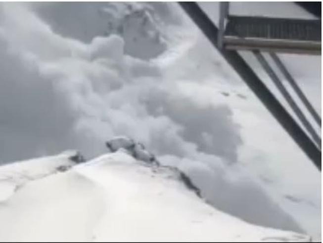 La valanga si stacca dalle Alpi e sommerge tutto: il video che fa paura