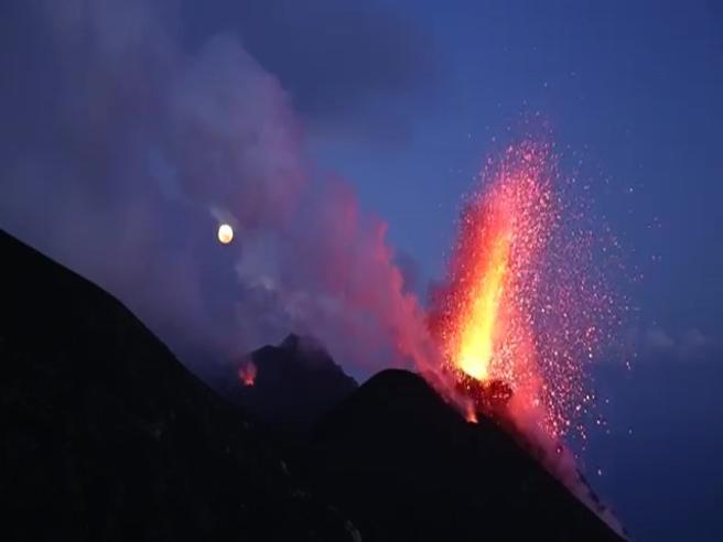 La spettacolare eruzione dello Stromboli alle Eolie Il video
