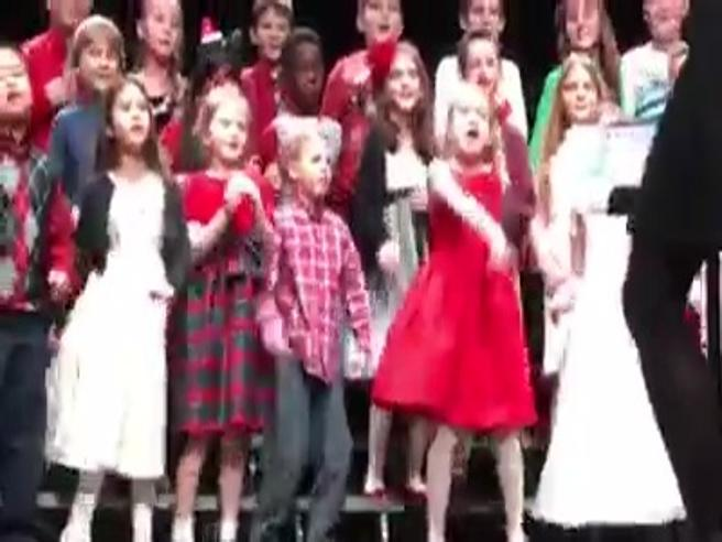 La bimba scatenata è la star del coro di Natale il video da 15 milioni di clic