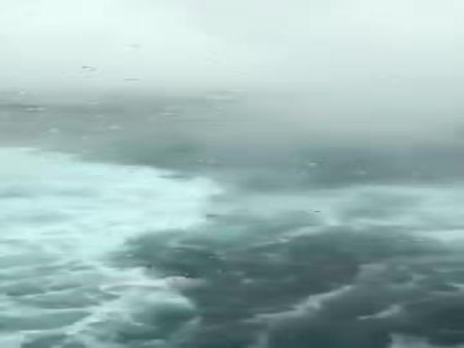 Mare in burrasca, la crociera extralusso diventa un incubo: la tempesta sul ponte di prima classe