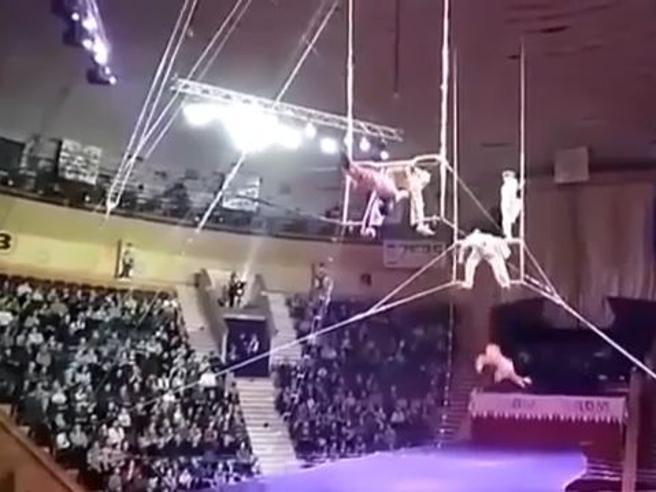 Perde la presa e scivola: brutta caduta per l'acrobata del circo