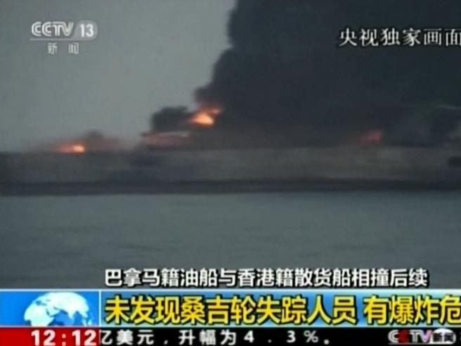 Petroliera in fiamme: rischio di esplosione e disastro ambientale