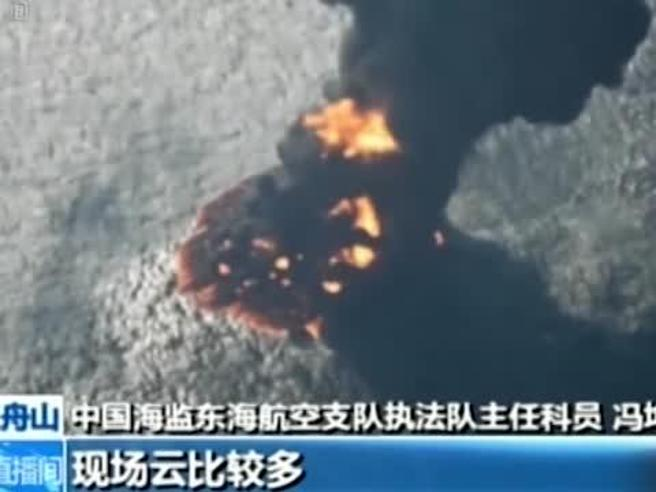 Petroliera affondata, enorme chiazza di greggio in fiamme Il video|Le foto|Quali i  rischi