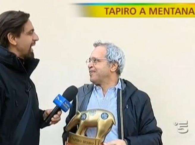 «Striscia la Notizia», tapiro d'oro a Enrico Mentana per lo scontro con l'Agcom: «Non faccio il signor 'No' di Mike»