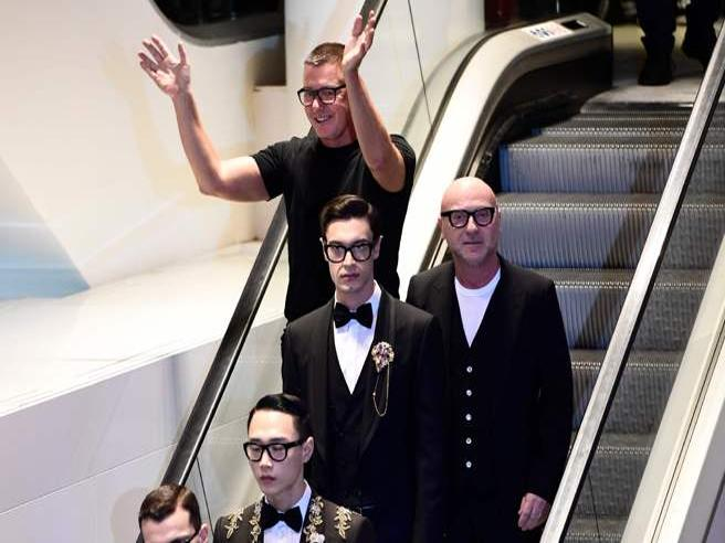 Dolce e Gabbana alla Rinascente. Modelli in smoking sulle scale mobili